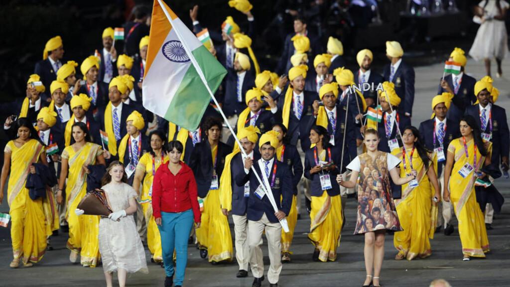 AVSLØRT: Kvinnen i rød genser har skapt oppstyr i India etter at hun marsjerte med landets tropp under OL-åpningen fredag. Ingen visste hvem hun var, men nå er det slått fast at hun skulle være statist i åpningsseremonien. Foto: SCANPIX/REUTERS/Mike Blake