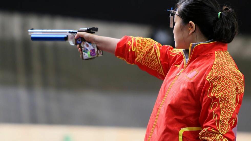 FEMTE KINA-GULL: Guo Wenjun fra Kina forsvarte OL-tittelen i luftpistol for kvinner søndag, etter å ha avgjort med aller siste skudd. Foto: AFP PHOTO/MARWAN NAAMANI