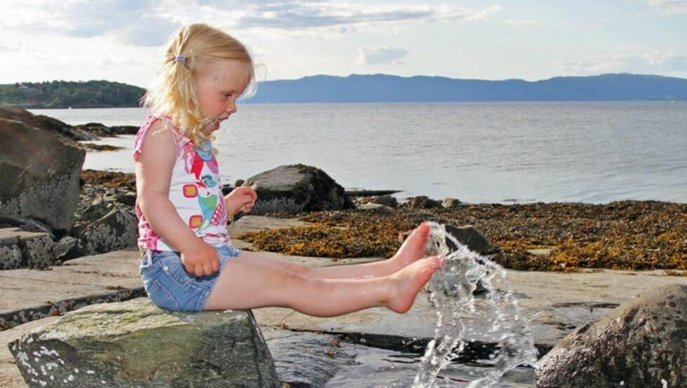 ACTION: La barnet gjøre noe på bildet. Uten blits hadde barnet blitt mørk og grå. Foto: Fovea.no/LARS WARA