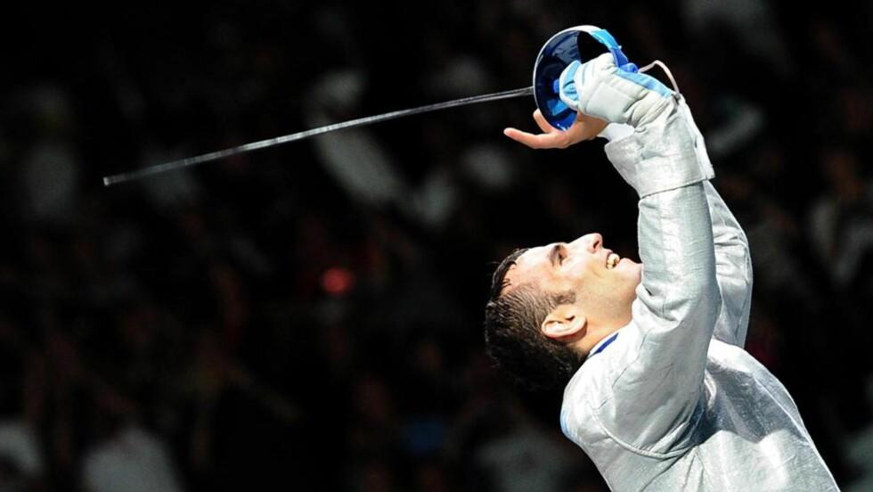 OVERRASKENDE SEIER: 20-årige Aron Szilagyi fra Ungarn ble OL-mester i sabelfekting søndag, etter at favorittene røk ut tidlig. Foto: EPA/CLAUDIO ONORATI