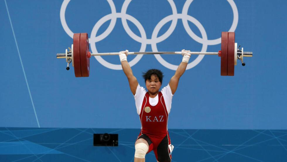 VERDENSREKORD: Her setter Zulfiya Chinshanlo verdensrekord med sitt støt på 131 kilo. Foto: REUTERS/Dominic Ebenbichler