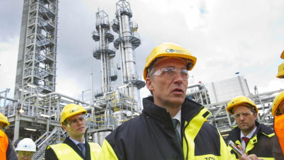 ADVARER MOT OLJEPUTE: Statsminister Jens Stoltenberg (Ap) sier Norge ikke kan oljen som en hvilepute. Her er Stoltenberg under et tidligere besøk på Mongstad. Foto: Marit Hommedal / NTB scanpix