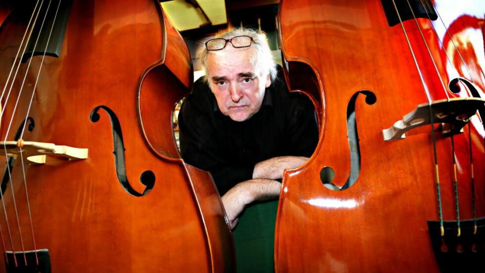 SKRIVER OM INSTRUMENTER: Ole Robert Sunde (59) er en forfatter som gjennom hele forfatterskapet har grublet over musikkens magi. Foto: Jacques Hvistendahl