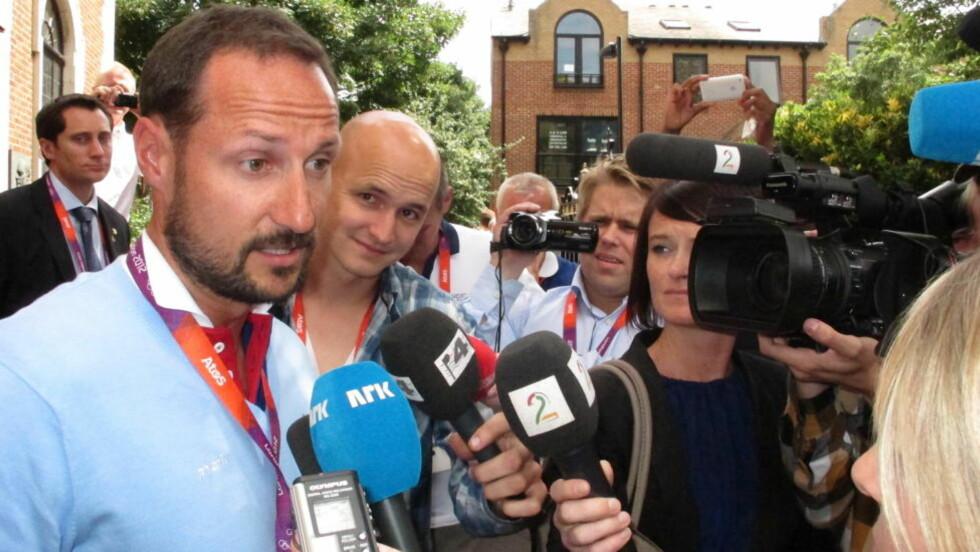 FORLATER OL: Kronprins Haakon har hatt fine dager under OL, men han har ikke registrert at mange VIP-seter har vært tomme. Her får Kronprinsen spørsmål om billettskandalen under sitt besøk ved den norske Sjømannskirken i London. Foto: Pål Marius Tingve