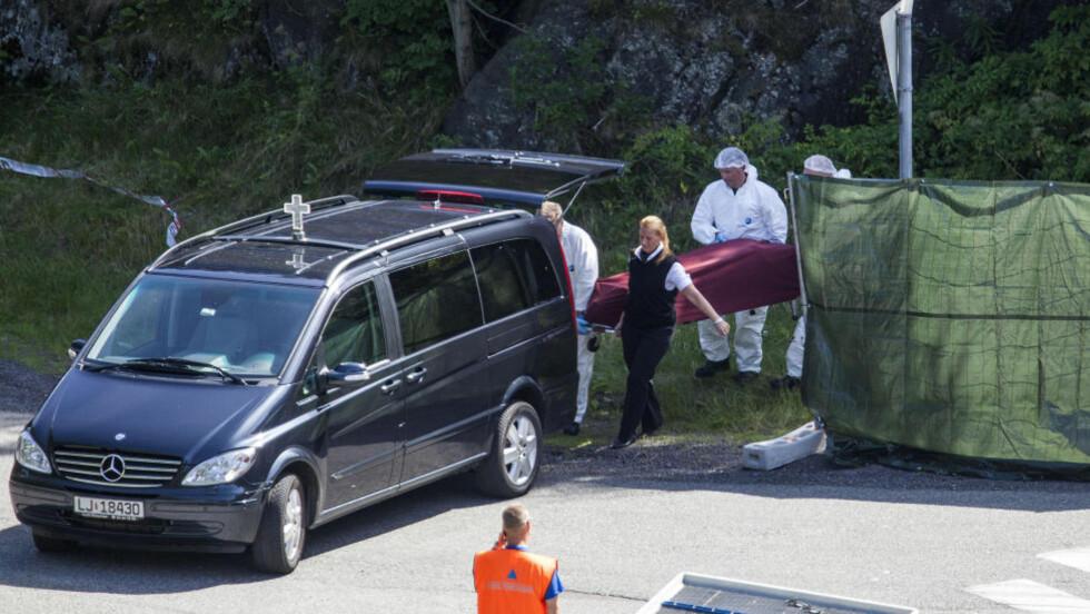 FUNNET VED VEIKRYSS: Fredag ettermiddag ble avdøde Anders Kalmo (37) fraktet bort fra funnstedet på Kleivbrottet sørvest for Holmestrand sentrum. Foto: PER FLÅTHE / DAGBLADET