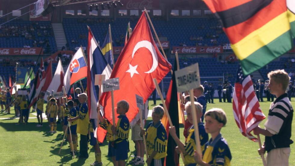 FARGERIKT: For oss kurdere som ikke har en selvstendig stat, men språk, flagg og kultur, betyr det mye å kunne få veive fritt med flagget vårt, skriver Farid Dino Omer. Bildet er fra flaggparaden under åpningen av Norway Cup i 2000. Foto: Dagbladet