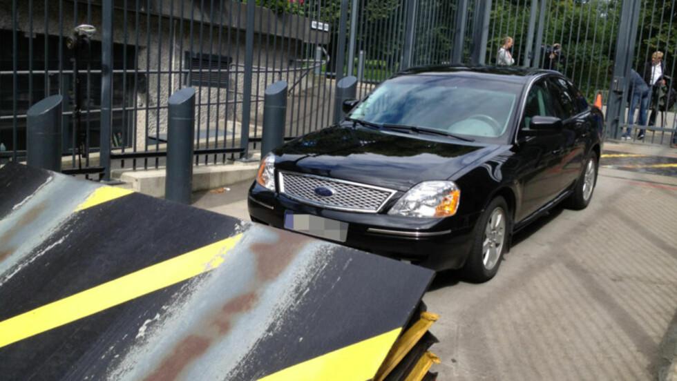 «BOMBEBILEN»: Det var under denne bilen ambassadeansatte fant den mistenkelige gjenstanden. Alle strakstiltak ble iverksatt etter funnet. Foto: HANS ARNE VEDLOG / DAGBLADET
