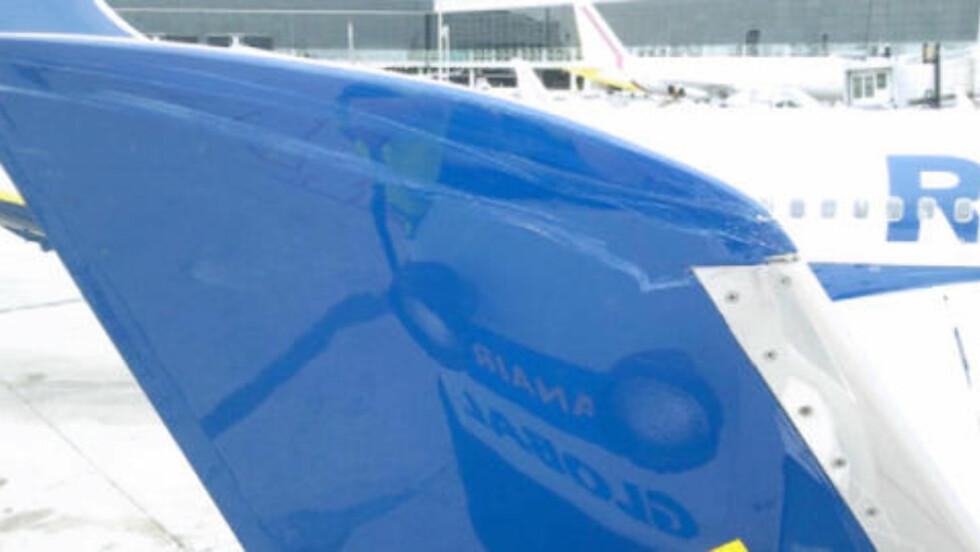 TRAFF: Her vises skadene på Ryanair-flyet. Foto: Flyhavarikommisjonen CIAIAC