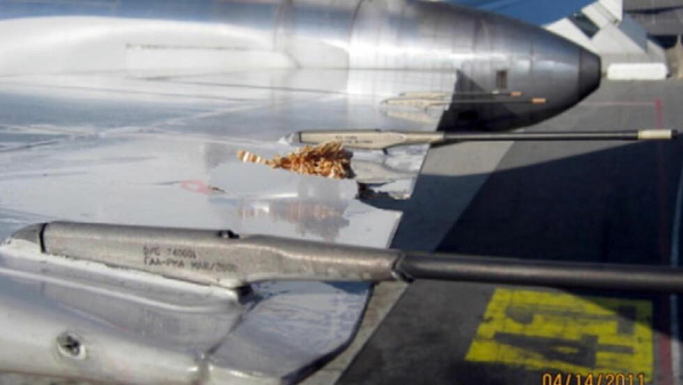 SYNLIGE SKADER. Slik så American Airlines-flyet ut etter at Ryanair-flyet hadde kjørt borti det. Foto: Flyhavarikommisjonen CIAIAC