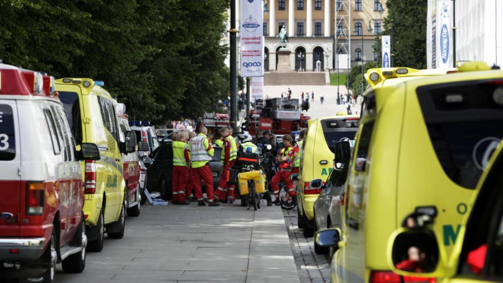 EVAKUERT: Politiet sperret av et stort område etter funn av mystisk gjenstand under en bil ved den amerikanske ambassaden. Foto: Steinar Buholm / Dagbladet