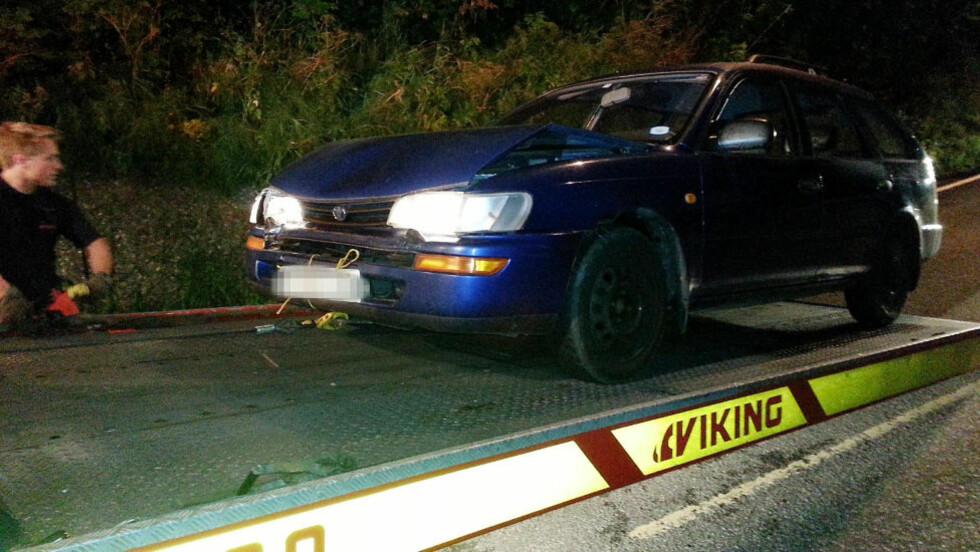 KRASJA FLUKTBIL: Personen som flyktet etter skuddepisoden i Drammen krasja denne bilen, etterlot den og trua til seg en Ford Focus. Foto: FREDRIK BREIVIK JENSEN/ Presse30.no