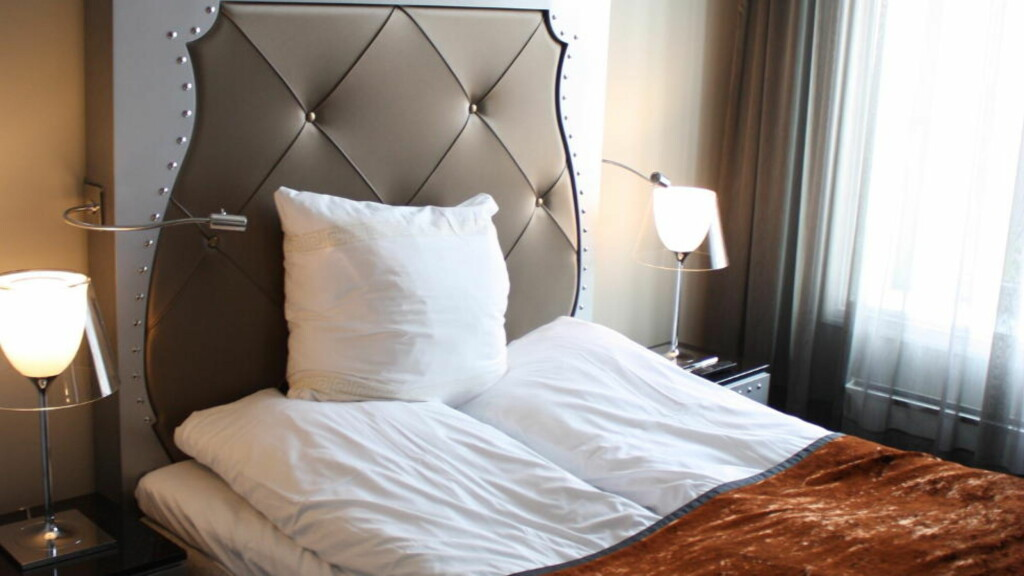 EGET SOVEROM: Bestiller du liten suite får du eget soverom og to bad med plass til hele familien.