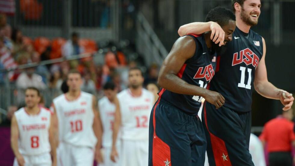 KATT VS. MUS: USAs OL-lag i basketball lot Tunisia lede i begynnelsen av tirsdagens kamp. Kattens lek med musen endte med 110-63-seier til NBA-stjernene. Foto: AFP PHOTO / TIMOTHY A. CLARY