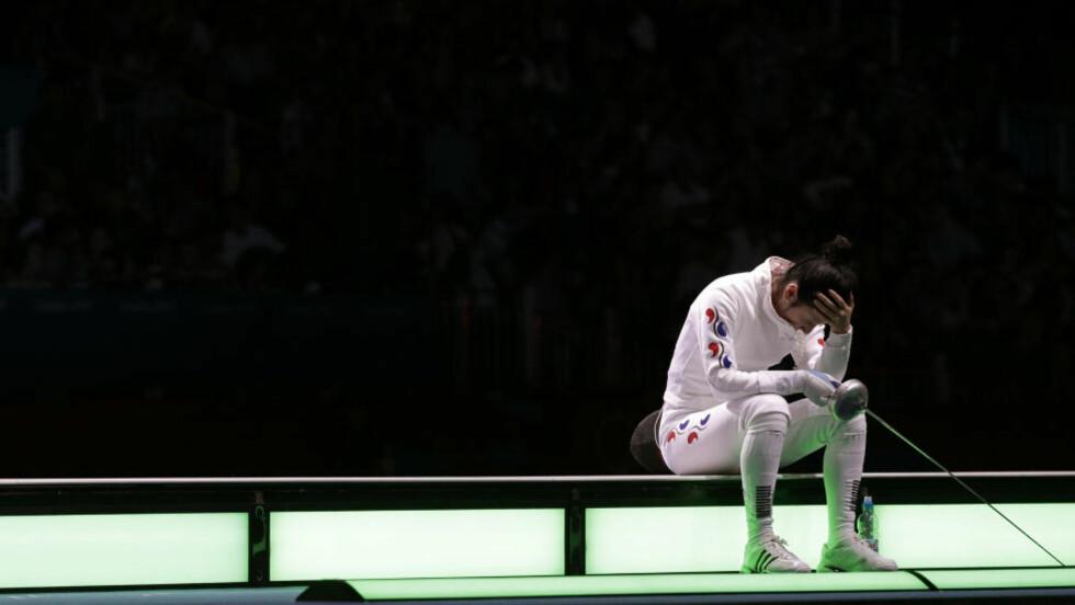 TRØSTEMEDALJE: Shin A-lam fra Sør-Korea ble sittende på podiet i over en time etter semifinaletapet i kårde mandag. Nå får hun en spesiell medalje som belønning for sin «vilje til å vinne og respekt for reglene», samt av respekt for hennes følelse. Foto: REUTERS/Max Rossi