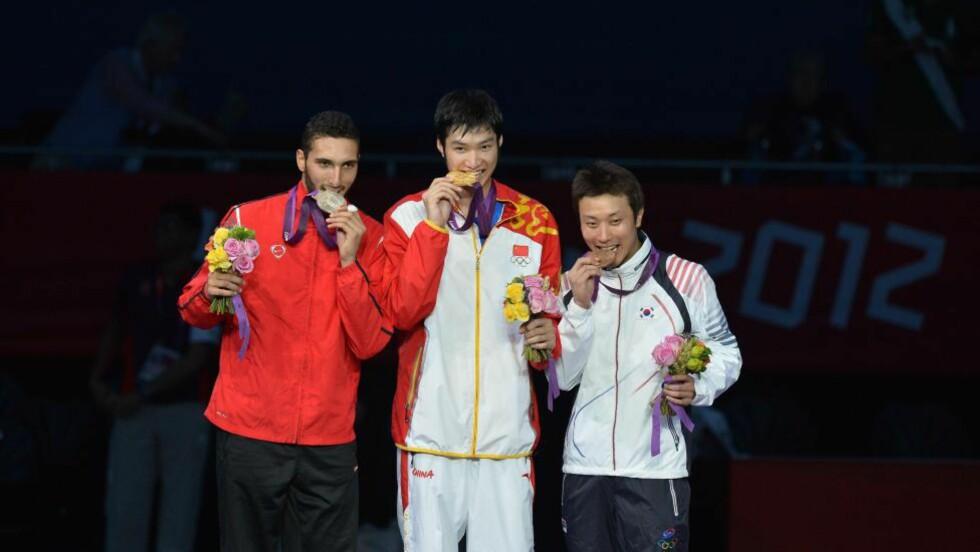 FORNØYD: Kinas Lei Sheng vant gullet, men Egypts Alaaeldin Abouelkassems var strålende fornøyd med sølv. Foto: AFP PHOTO / ALBERTO PIZZOLI