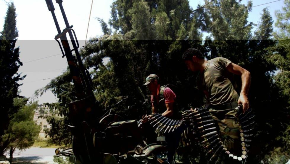 LUFTVERN: Syriske opprørere skyter med automatvåpen mot fly i Atareb, rett øst for Syrias største by, Aleppo. Nå kan opprørerne ha fått raketter fra Tyrkia som luftvernskyts, og den strategiske balansen kan være i ferd med å endre seg.    AFP PHOTO/AHMAD GHARABLI