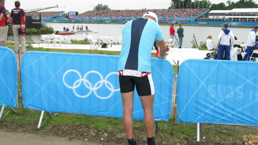 TUNGT: Olaf Tufte måtte snu ryggen til og tørke tårene i intervjusonen ved OL-anlegget. Foto: ROY WAHLSTRØM/DAGBLADET.