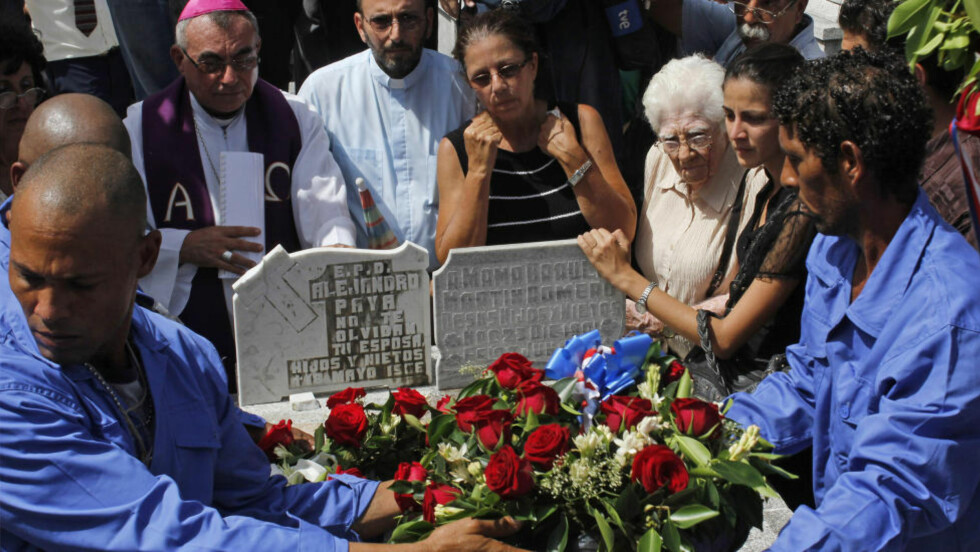 STORT TAP: Ofelia Acevedo sørger over tapet av ektemannen Oswaldo Payá, en av Cubas mest kjente opposisjonelle. To utenlandske konservative ungdomspolitikere var med i ulykka der han døde. En av dem er siktet for uaktsomt drap, noe som skaper diplomatisk krise mellom Spania og Cuba. Foto: Reuters / NTB Scanpix