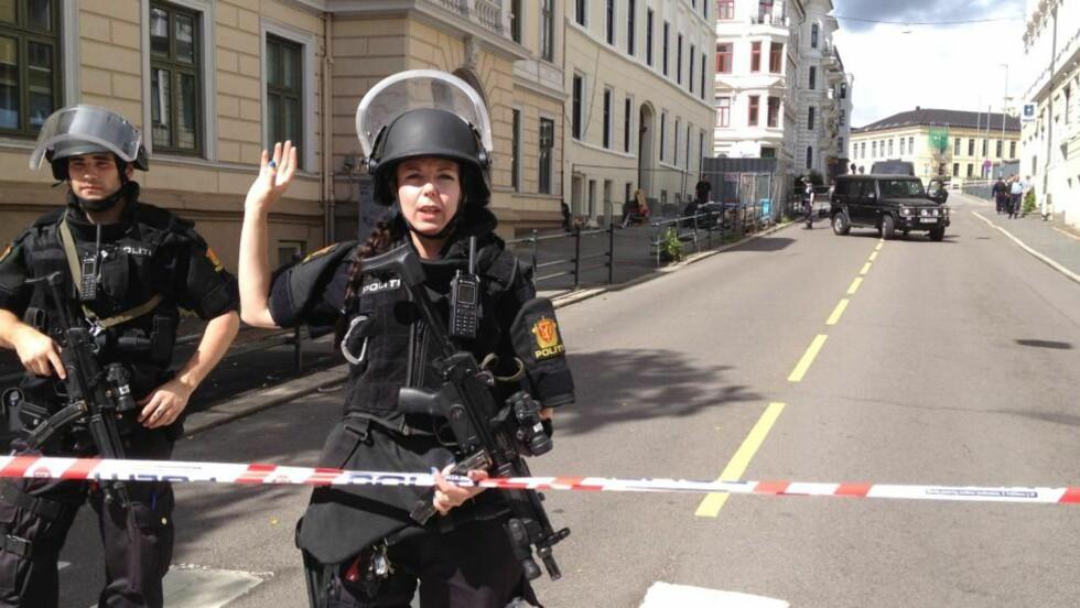 TATT SERIØST:  Politiet tok bombealarmen på Den amerikanske ambassaden i går svært alvorlige og eveakuerte et område på rundt 500 meter rundt ambassaden. Foto: Harald S. Klungtveit