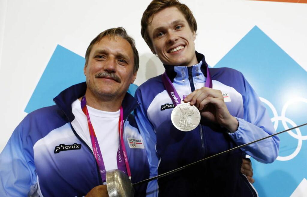 DRØMMEDAG: Bartosz Piasecki og faren Mariusz strålte etter juniors sensasjonelle sølvmedalje i kårde. Foto: Heiko Junge / NTB scanpix