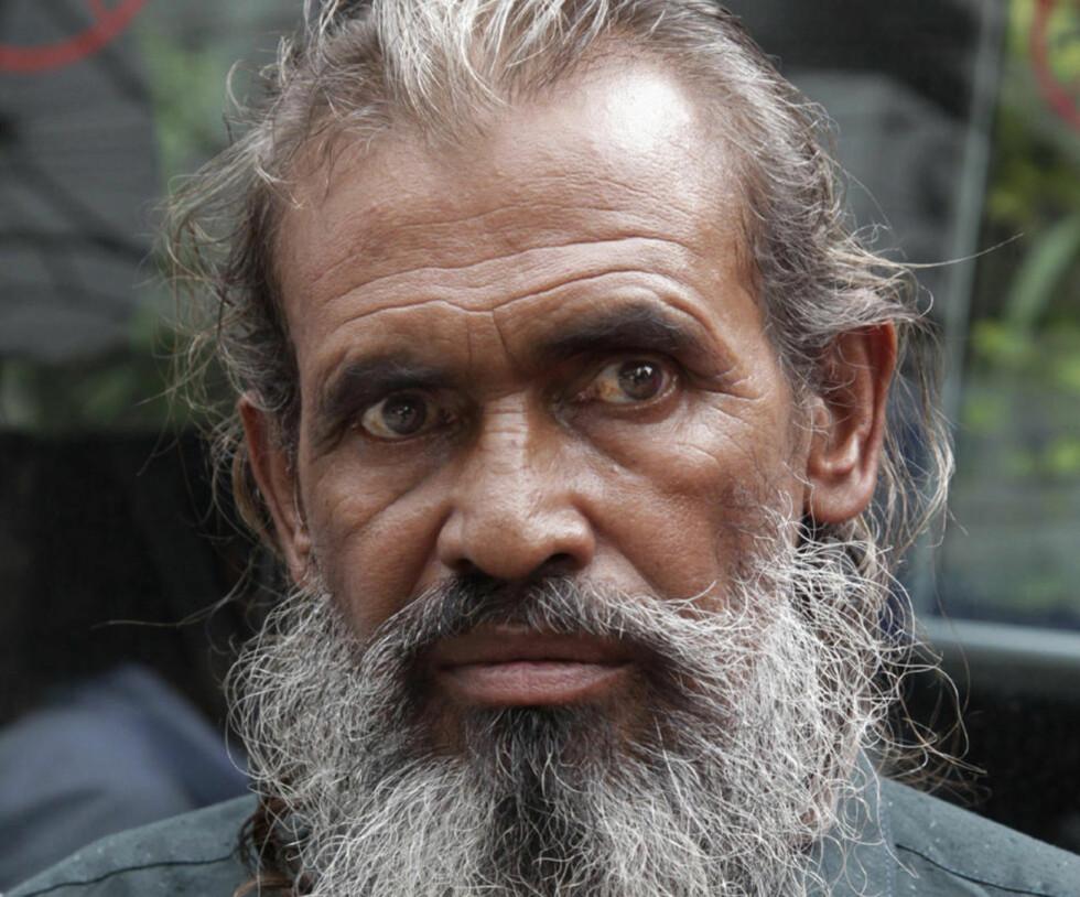 FENGSLET I 15 ÅR: Moslemuddin Sarkar fra Bangladesh satt fengslet i 15 år i Pakistan for å ha krysset den pakistanske grensa uten gyldig visum. Nå er han gjenforent med familien. Foto: Zia Islam / AP / NTB Scanpix