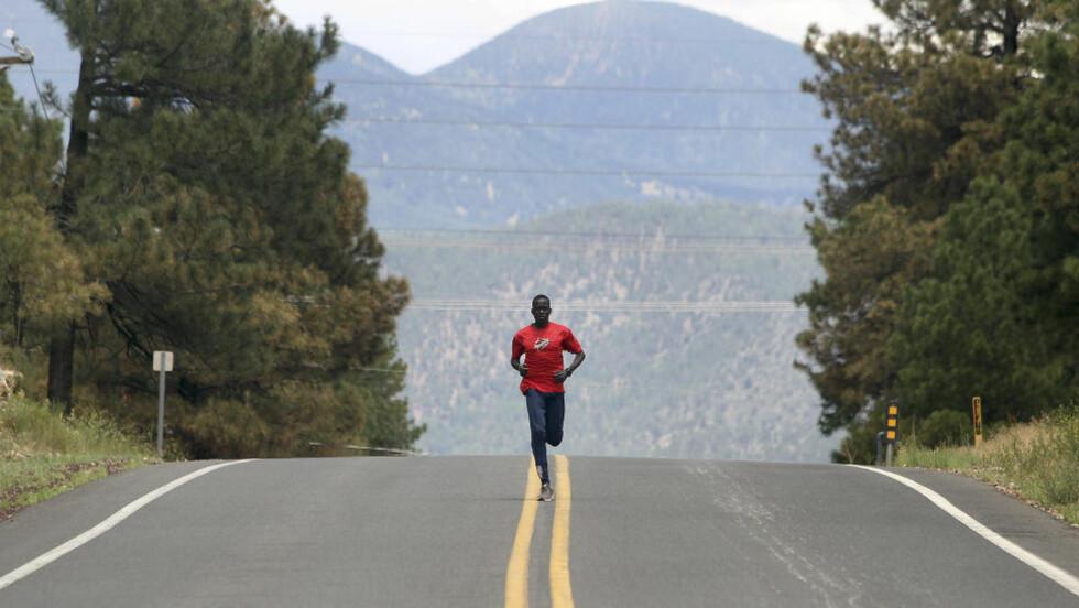 TIL LONDON: Guor Marial har flyktet fra krigen i Sudan. Nå skal han løpe marathon i OL. Foto: Reuters / Darryl Webb