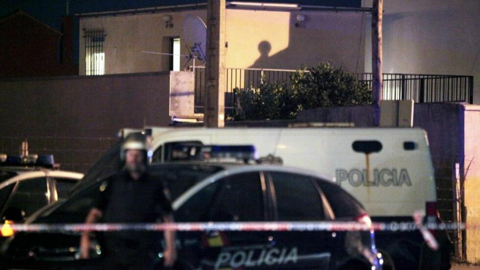 GIKK TIL AKSJON: Spansk politiet gikk til aksjon mot denne leiligheten i Junquillos-distriktet i La Linea de la Concepcion i provinsen Cadiz ved grensen til Gibraltar tirsdag. Foto: Carrasco Ragel / EPA / Scanpix
