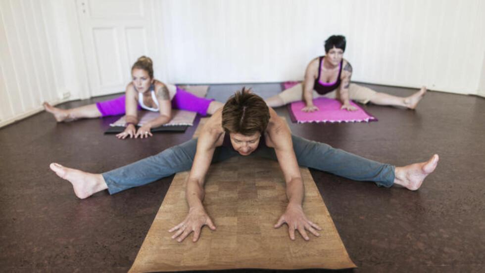 BØY OG TØY: Målet med yinyoga er å strekke bindevever og styrke leddene i kroppen. Foto: Sondre Steen Holvik