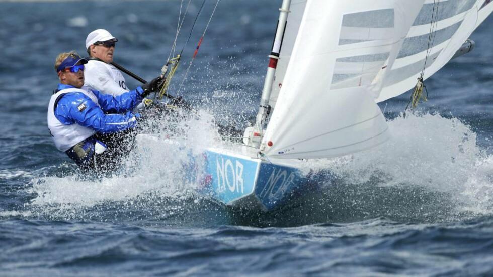 VAR MED I TOPPEN: Eivind Melleby og Petter Mørland endte på 8. plass i dagens første seilas. Foto: EPA/GERRY PENNY