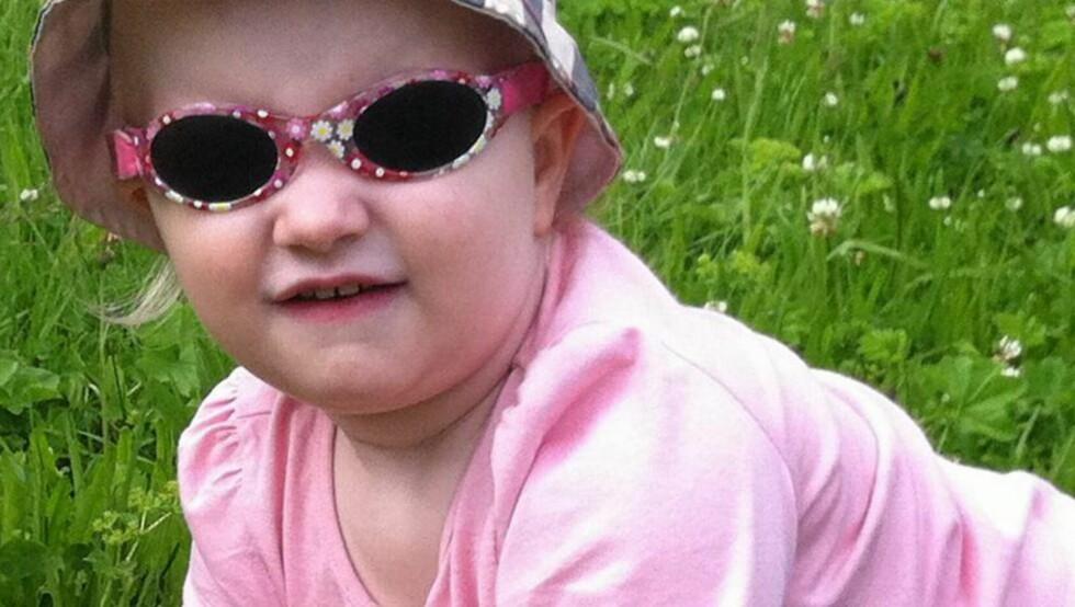 MANGLER PIGMENT: Marielle (3) er albino og mangler pigmentet som beskytter mot solas sterke stråler. Når sola titter fram, dekkes hun til med solbriller, solhatt og solfaktor 50 på hele kroppen. Foto: Privat