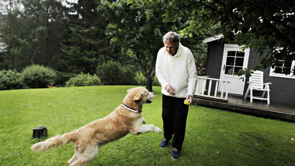 JUBEL: Hunden Rex (11) kom til rette i Sverige etter 6 år. En glad matfar Harald Sparby sammen med Rex i hagen på Lørenskog i dag. Foto: Frank Karlsen / Dagbladet