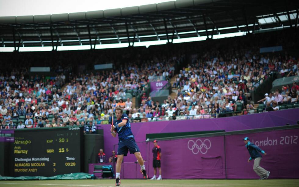 HÅPET LEVER: Andy Murray har ennå til gode å vinne en Grand Slam-tittel, men er stadig med i kampen om OL-gull. Nå venter Novak Djokovic i semifinalen.Foto: CARL COURT / AFP PHOTO / NTB Scanpix