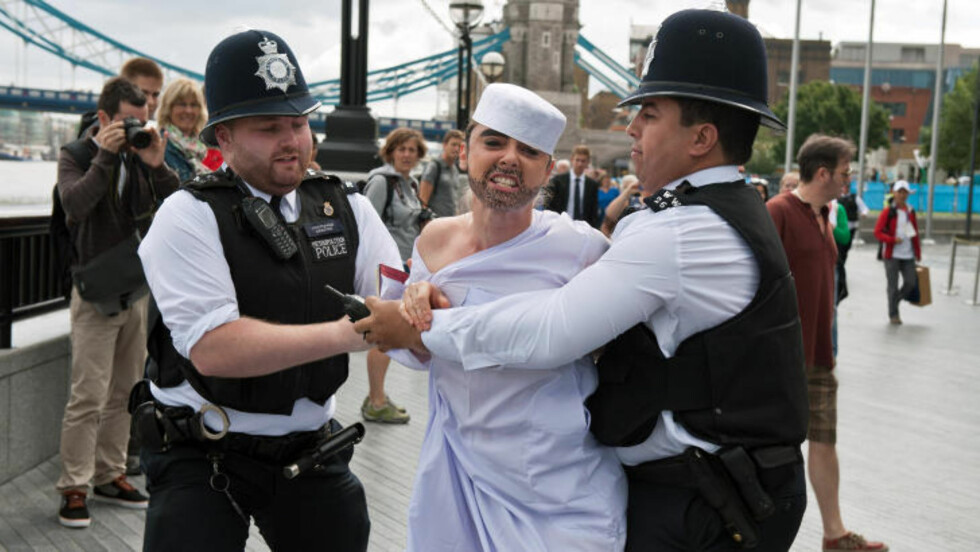 ARRESTERT: Denne kvinnen hadde kledd seg ut som en muslimsk mann. Foto: AFP