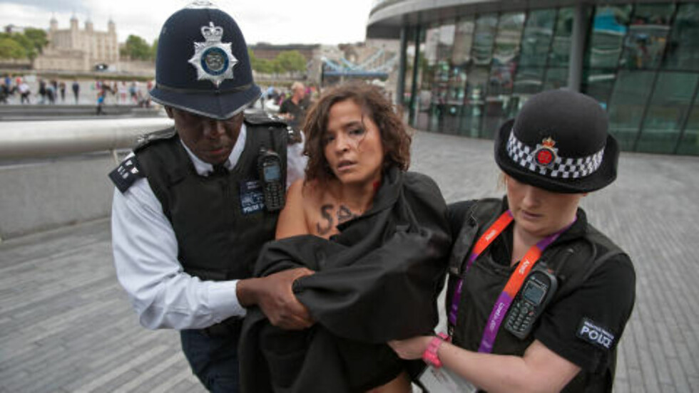 TILDEKKET: Politiet var raske med å dekke til kvinnene. Foto: AFP