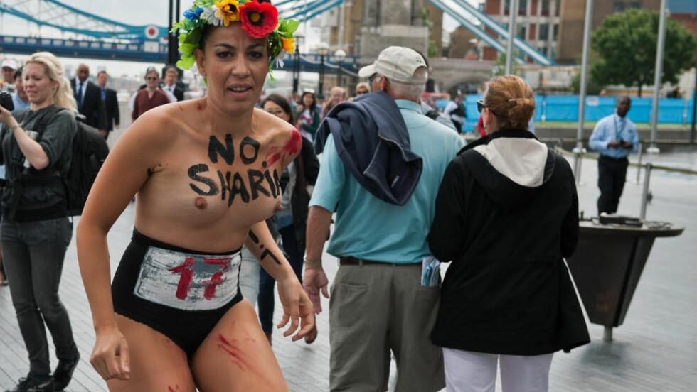 LETTKLEDD: Denne kvinnen viser tydelig hva hun mener om sharia-lover. Foto: AFP