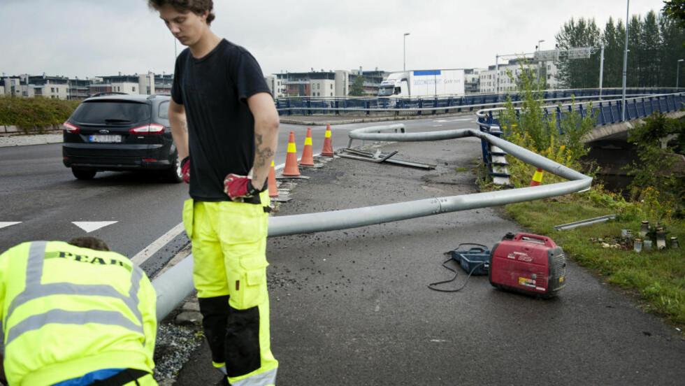 KRASJET OG STAKK:  En bil krasjet inn i autovernet ved rundkjøringa til Rælingstunnelen ved Lillestrøm. Blomstene og lysene til høyre i bildet ble lagt ned etter dødsulykken forrige uke som skjedde på akkurat samme sted. Foto: Benjamin A. Ward