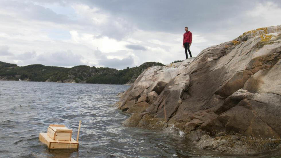 ALENE: På denne holmen tilbringer Miks Mitrevics 15 dager i stillhet. Kontakt med omverden formidles gjennom postkassa som dupper i vannet. Foto: Juuso Noronkoski