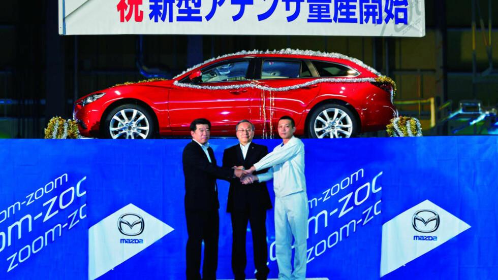 PRODUKSJONSMODELLEN: Dette er det første bildet av Mazda sitt bidrag til mellomklassen. Julepynten er ekstrautstyr. Foto: MAZDA