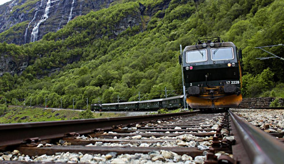 PÅ SKINNER:  Bratt, vilt og vakkert, på skinner, også betegnet som en av verdens vakreste togreiser. Foto: Ole C. H. Thomassen