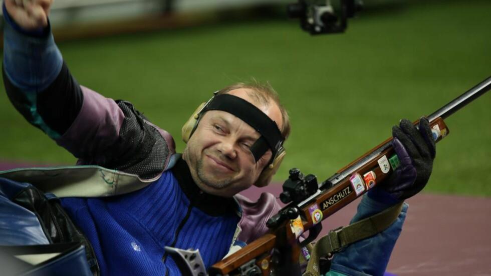 GAMMELT ER BEST: Sergei Martynov har kjøpt ny rifle, men våget ikke å bruke den under OL. Foto: AFP PHOTO/MARWAN NAAMANI/NTB scanpix