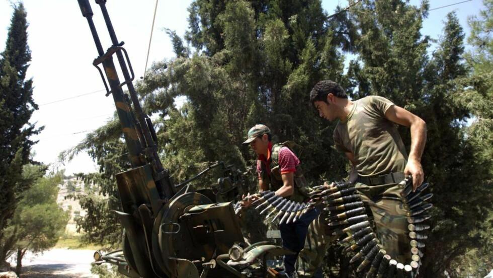 KAMPER: Her er to soldater fra Free Syrian Army. Nå sier eksperter at muligheten for å få forhandlet fram en politisk løsning for syria liten. Foto: AFP PHOTO/AHMAD GHARABLI/NTBScanpix