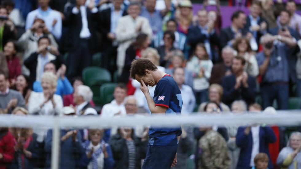 GLEDESTÅRER: Andy Murray gråt da han tapte Wimbledon-finalen mot Roger Federer for tre uker siden. I kveld gråt han på centercourten igjen - denne gangen av glede over å ha spilt seg til OL-finale.Foto: Stefan Wermuth / REUTERS / NTB scanpix