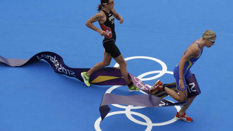 SØLV:  Nicola Spirig fra Sveits kjempet seg foran svenske Lisa Norden i spurten og vant OL-gull i triathlon for kvinner med ni tusendeler! Det svenske sølvet betyr at Sverige er forbi Norge i antall medaljer til nå i OL. Foto: AP Photo / Charlie Riedel / NTB Scanpix