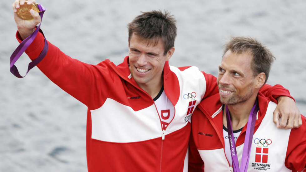 GLADE: Etter en tett sluttspurt mot vertsnasjonens roere sikret Rasmus Quist og Mads Rasmussen det første danske gullet i OL med seier i lettvekt dobbeltsculler lørdag. Foto: AP Photo/Chris Carlson
