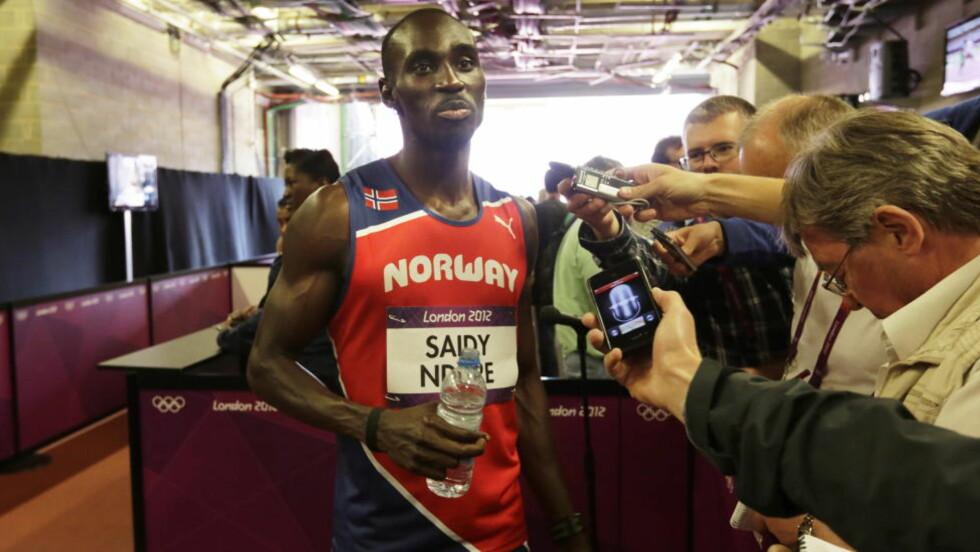 TELLEFEIL: Jasuma Ndure snakker med pressen etter løpet på Olympiastadion i London. Foto: Lise Åserud / NTB scanpix