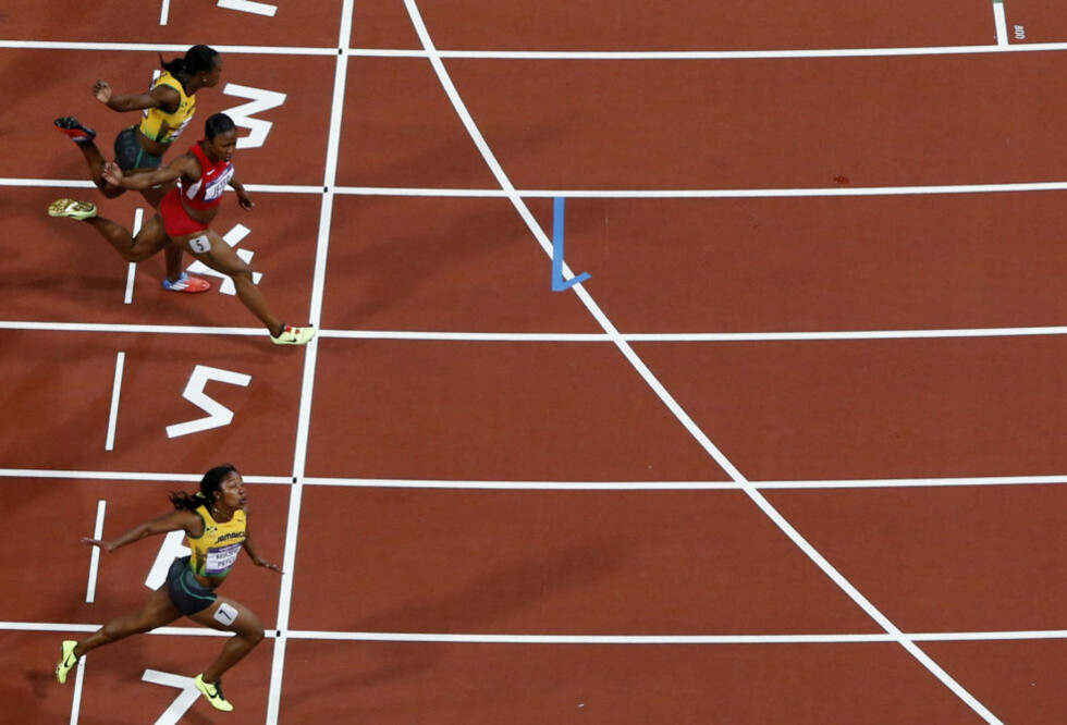 REKORDJEVNT: Shelly-Ann Fraser-Pryce (nærmest) vant 100 meter-finalen på 10,75, tre hundredeler foran Carmelita Jeter og ytterligere tre hundredeler foran Veronica Campbell-Brown. Aldri tidligere har en sølv- og bronsevinner løpt like fort i en OL-finale.Pawel Kopczynski  / REUTERS / NTB Scanpix