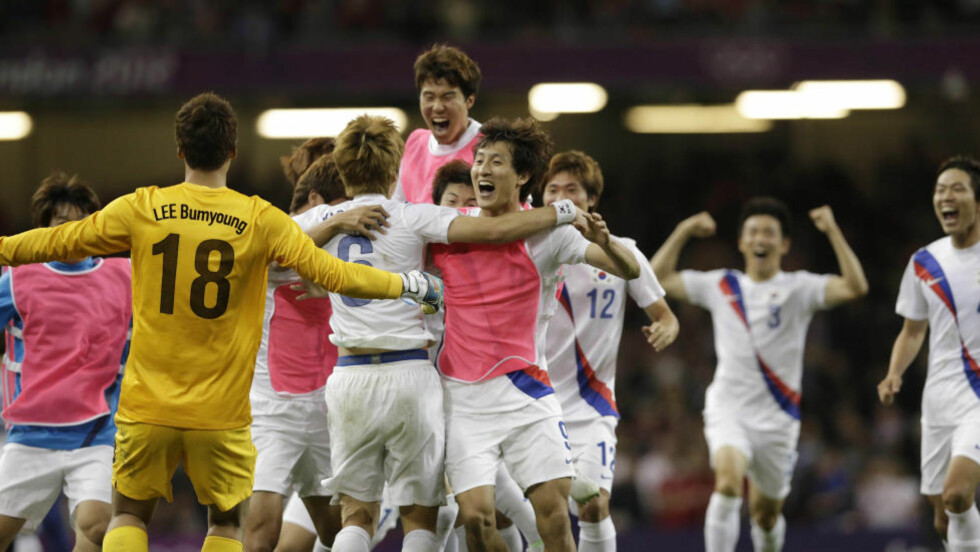 STRAFFEHELT: Ki Sung-yueng (nr. 6) scoret på det avgjørende straffesparket da Sør-Korea gikk til OL-semifinale mot Brasil. Foto: Luca Bruno / AP Photo / NTB Scanpix