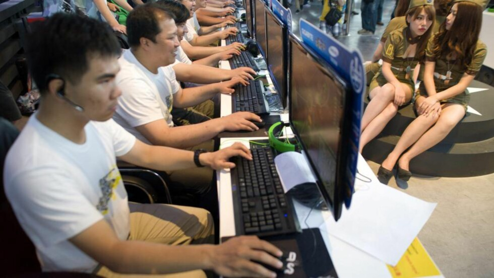 DATASPILLAVHENGIGHET: Hjelpelinjen for spillavhengige har opplevd en økning i henvendelser om dataspillavhengighet.  Her prøver dataentusiaster ut spill på China Digital Entertainment Expo i Shanghai i China. Foto: EPA/WU HONG/NTB Scanpix