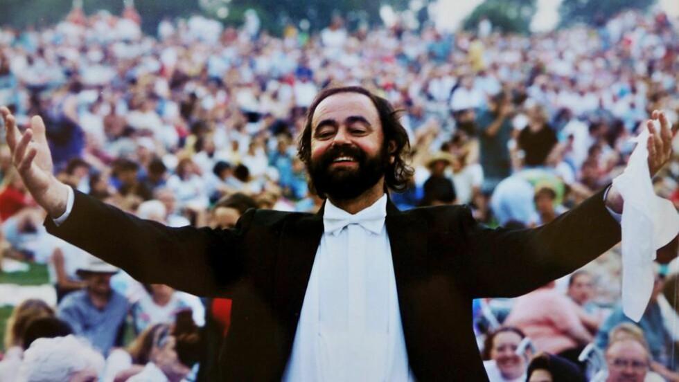 KOPIEN:  Briten Colin Miller (66) har i over 20 år opptrådt som dobbeltgjengeren til den nå avdøde tenorsangeren Luciano Pavarotti. Foto: David Evitts / SWNS / Newsteam / NTB Scanpix