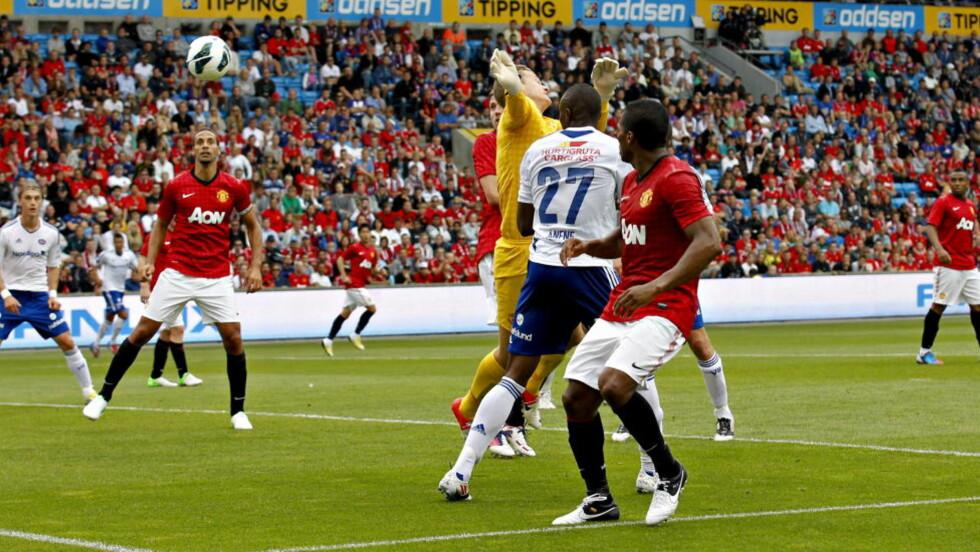 HER SCORER CHUMA: Det mener Vålerenga-spissen selv i hvert fall. Men dommer Tom Harald Hagen vinket spillet videre, og dermed endte kampen mellom Vålerenga og Manchester United 0-0. Foto: Anette Karlsen / NTB scanpix